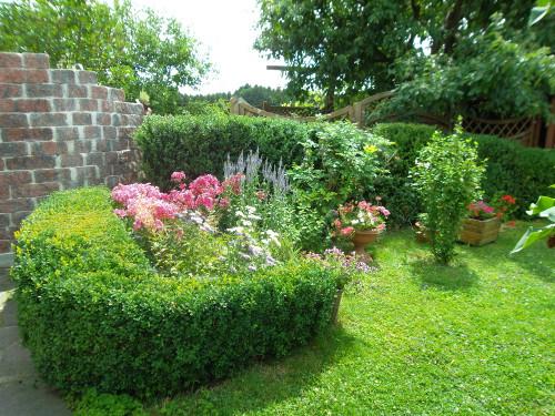Die Blütenpracht im Vorgarten verschönert den Aufenthalt auf der Terrasse