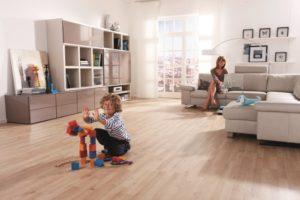 Im Wohnzimmer, wo Besuch empfangen wird und die Kinder spielen, ist häufig viel los. Hier bietet sich eine höhere private Nutzklasse an als etwa im Schlafzimmer. | Foto: HARO - Hamberger Flooring | Lizenz: CC BY-SA 2.0