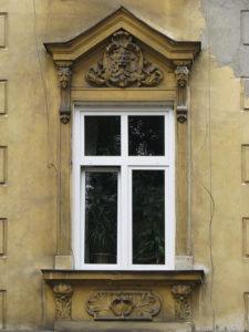Ein neues Fenster in einem alten Haus kann zu Schimmel führen.